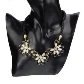 Masivný černý květinový náhrdelník