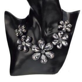 Masivní květinový náhrdelník kouřový