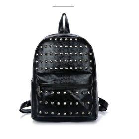 Malý batůžek s metalický cvoky černý
